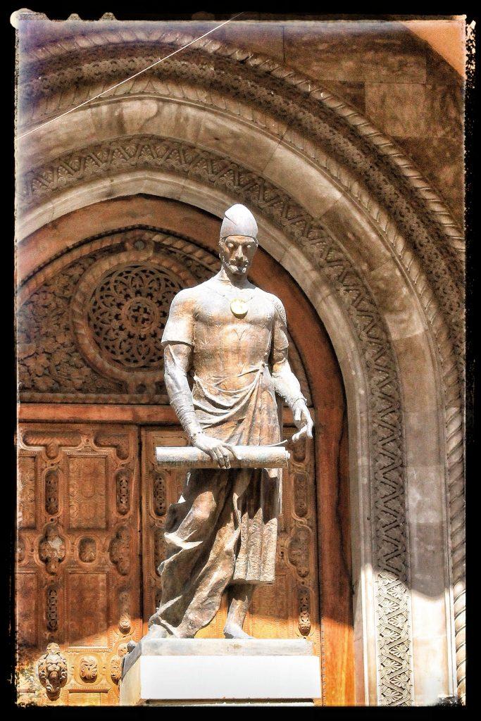 تمثال آخر بمدخل المتحف لشوتا روستافيلي