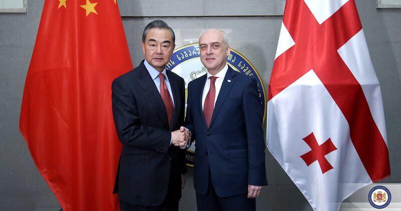وزيري الخارجية الصيني وانغ يي والجورجي دافيت زالكالياني