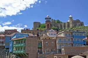 تبليسي القديمة حيث هلال مسجد الجمعة يعانق كنيسة سان نيكولاس