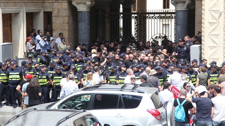 القوات الخاصة تضرب كوردون حول مداخل البرلمان الجورجي