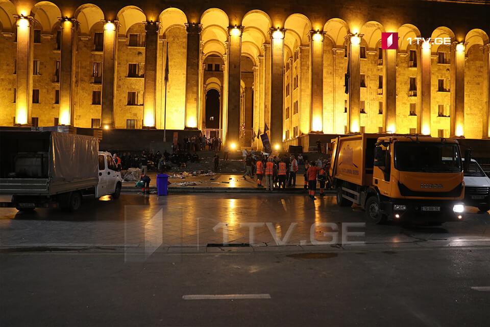 مهمات النظافة تبدأ في إزالة آثار الشغب من امام مبني البرلمان الجورجي