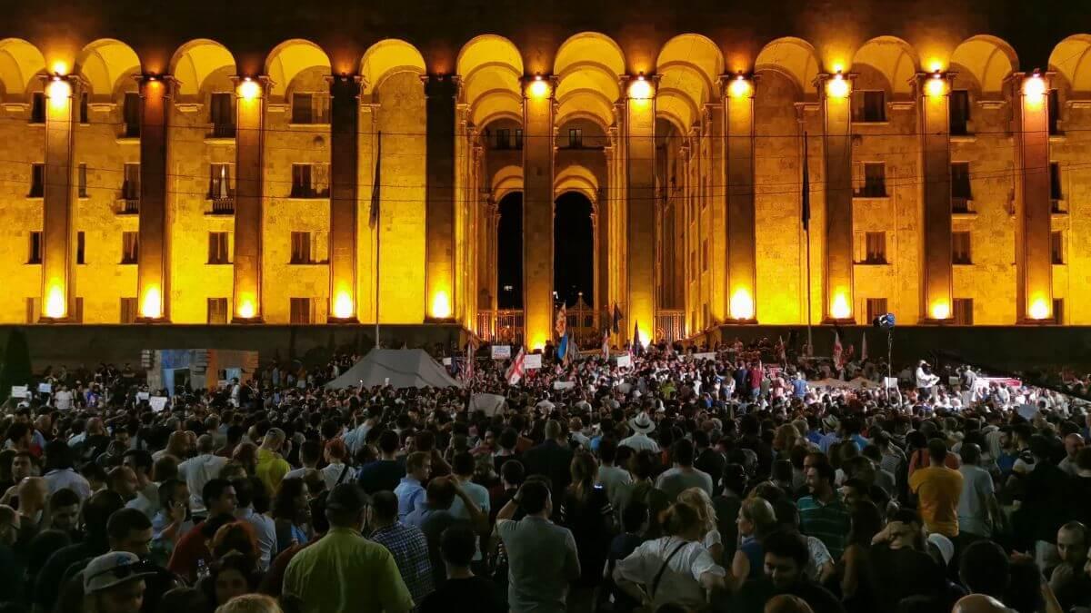 التظاهرات الحاشدة امام مبني البرلمان الجورجي مساء امس