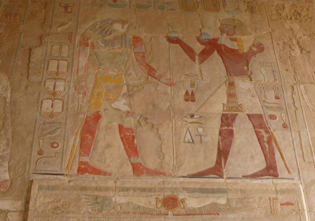 الملكة حتشبسوت تقدم القرابين للإله حورس في معبد الدير البحري الأقصر مصر